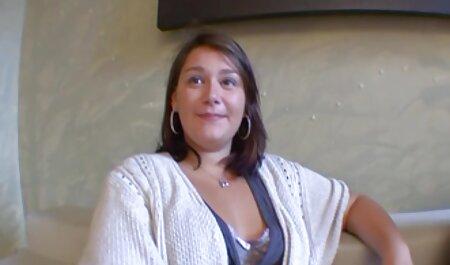 Dona de casa masturbação em uma cadeira de salão videos e filmes adultos no quintal