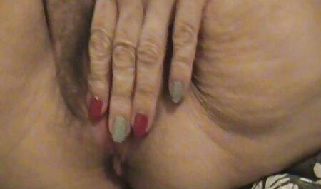 Old MILF svetanula sua buceta peluda através de calcinha e videopornoadulto meia-calça