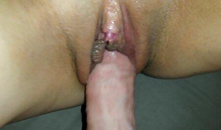 Jovem ébano cadela monta sua buceta no falo de uma video adulto porno pessoa branca
