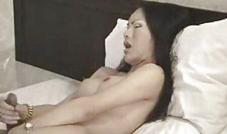 Eles tiraram um biquíni xxx adulto video de uma mulher madura e agressiva, fodeu na bunda dela
