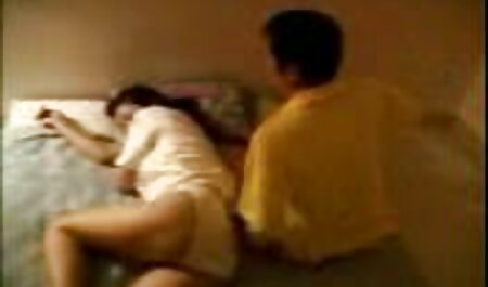Uma jovem morena relaxante em um filme pornô de qualidade e filme pornô adulto por uma chance de transar com ela