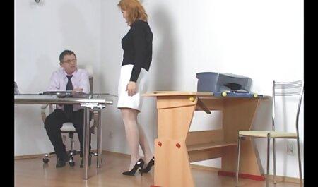 Jovem modelo pornô vestida com uma saia apertada videos adultos de brasileiras em seu corpo nu e leva um pau na Bunda