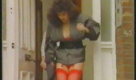 Bela jovem videos adultos bizarros modelo pornô vigorosamente fode sua buceta com um vibrador na rua