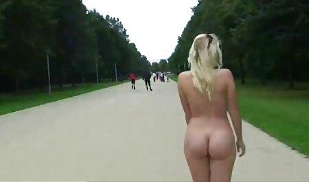 Uma mulher videos de adultas madura masturbar o pau do marido com as mãos e irmã com um vibrador no anal