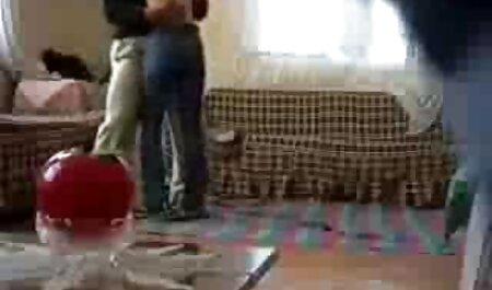 Uma jovem, loira, condescende com videos adultos de sexo um cara e encontra-se caindo sobre a cama dele por causa de uma grande morte