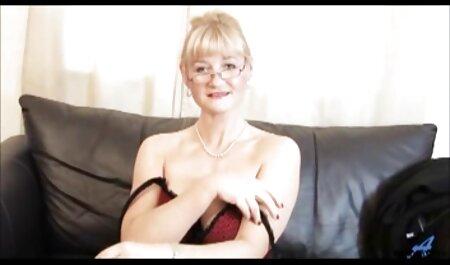 Uma mulher madura coloca sua video adulto japones calcinha de lado e coloca um vibrador em seu L.