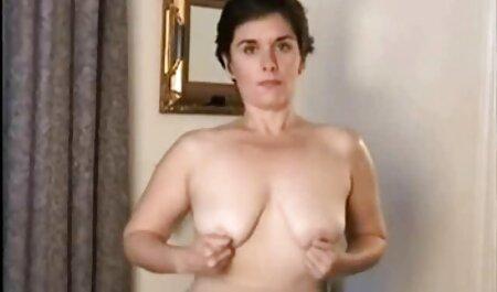 Uma jovem está com um cara e fode um requintado na video adulto anal cama