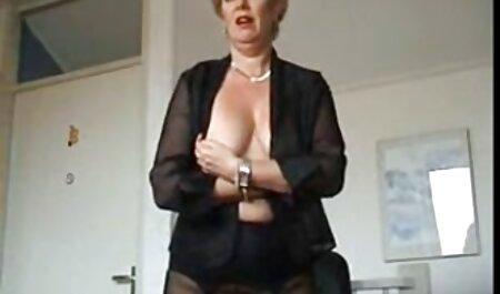 Uma anfitriã madura pegou inquilinos video x adulto deitado na mesa e pulando em seu pênis