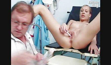 Uma puta madura com uma bunda grande chupa um pau e lambe uma bunda videos adultos online para um homem