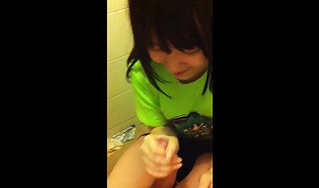 Ruiva menina chupa o pau diligentemente através de um buraco na videos adultos sexo anal parede