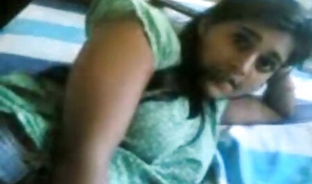 Asiática Milf chupando vídeos amadores adultos através de um buraco na parede e engolir porra
