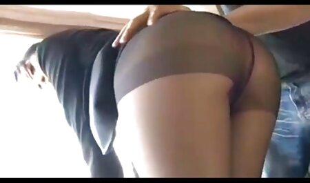 Uma jovem em casa videos adultos de sexo há um momento divertido com dois amigos
