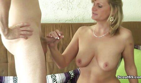 Beleza Caroline se masturba um pau com as mãos e deixa-a em seu peludo vídeos adultos com L.