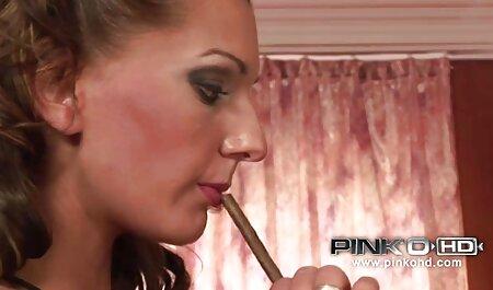 Uma jovem só vídeo de pornô para adulto pede para ser carregado em um pau grande, de pé