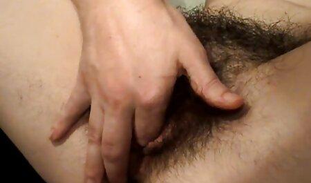 Uma garota com uma grande videos de playboy para adultos figura acariciando os dedos de sua buceta molhada