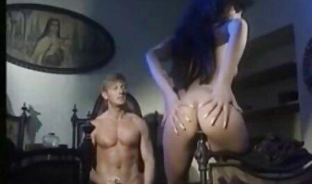 Jovem amador no arrastão meias empurra um par de dedos dentro ver sexo adulto ela Vagina