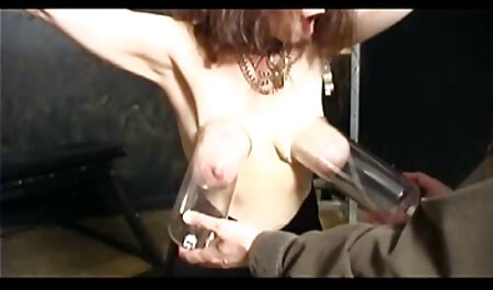 Bunda de um jovem atrevido puta com rígido sentado vidio sexo adulto em um vibrador gigante