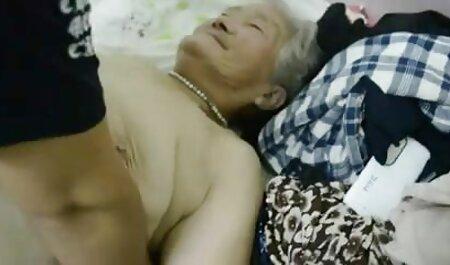O cara fica na boca de uma menina está videos adultos anal sentado em seu colo